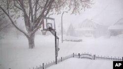 Timbunan salju tebal menyelimuti wilayah Bufallo, New York (18/11).