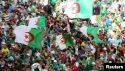 Une manifestation exigeant la destitution de l'élite dirigeante et la poursuite des anciens fonctionnaires liés à l'ancien président Abdelaziz Bouteflika, à Alger, Algérie, le 14 juin 2019.