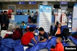 중국 쓰촨성 주자이거우현을 찾았던 여행객들이 9일 현지 공항에 몰려 교통대책을 기다리고 있다.