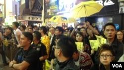 數以千計港人連續第四晚在旺角聚集爭真普選(美國之音海彥拍攝)