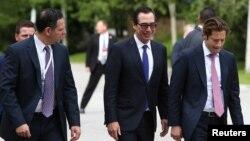 Sekretar za finansije SAD Stiven Mnučin (u sredini) vraća se u hotel posle skupa ministara finansija G-7 u Wistleru, u Britanskoj Kolumbiji, u Kanadi, prošlog petka