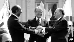 Kemp Deyvid, 26-mart, 1979. Misr prezidenti Anvar Sadat va Isroil Bosh vaziri Menaxem Begin tinchlik bitimi imzolagan. AQShning o'sha paytdagi prezidenti Jimmi Karter vositachilik qilgan.