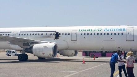 Shimo linaonekana kwenye ndege ambayo ilitua kwa ghafla baada ya mlipuko mjini Mogadishu