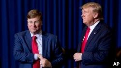 Predsednik Donald Tramp i guverner Misisipija Tejt Rivs na bini u Bankorp saut areni u Tupelu, Misisipi, 1. novembra 2019.