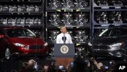 El presidente Barack Obama habla desde una planta de ensamblaje de Ford en Wayne, Michigan, como parte de su gira por tres estados.