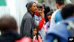 ARCHIVO: en esta foto de archivo del 16 de julio de 2019, varias personas esperan para solicitar asilo en los Estados Unidos en la zona fronteriza de Tijuana, México. (Foto AP / Gregory Bull, archivo)