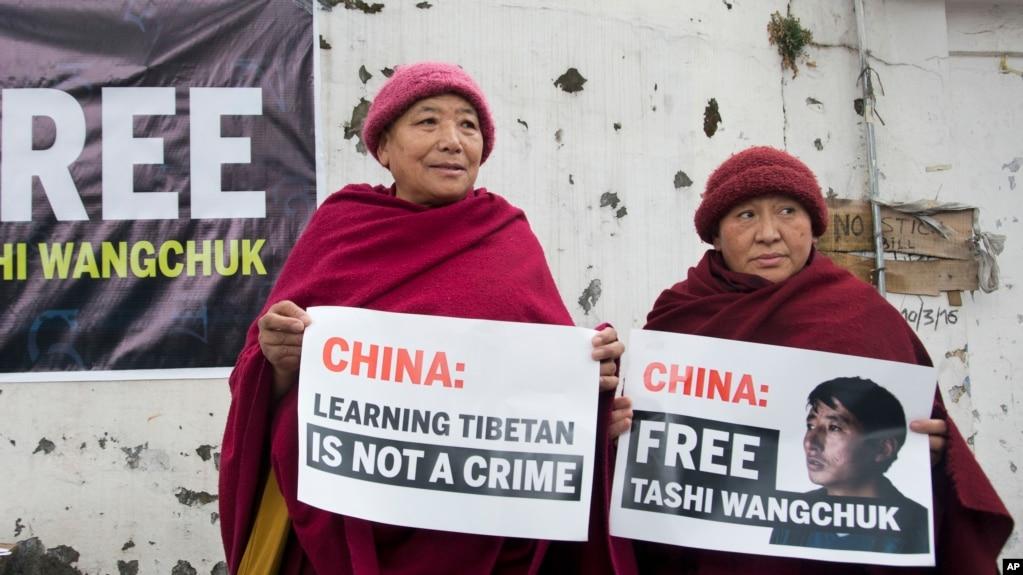 兩名藏人尼姑在印度達蘭薩拉展示要求中國釋放扎西文色的標語牌。 (2017年1月27日)