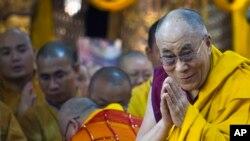 Pemimpin spiritual Tibet, Dalai Lama, menyapa para jemaah saat tiba di Kuil Tsuglakhang di Dharmsala, India, 1 Juli 2013. (Foto: AP)