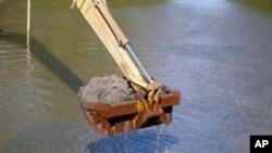 Nạn khai thác cát không kiểm soát và trái phép là nguyên nhân gây nên tình trạng sạt lở thường xuyên dọc theo bờ sông Đồng Nai