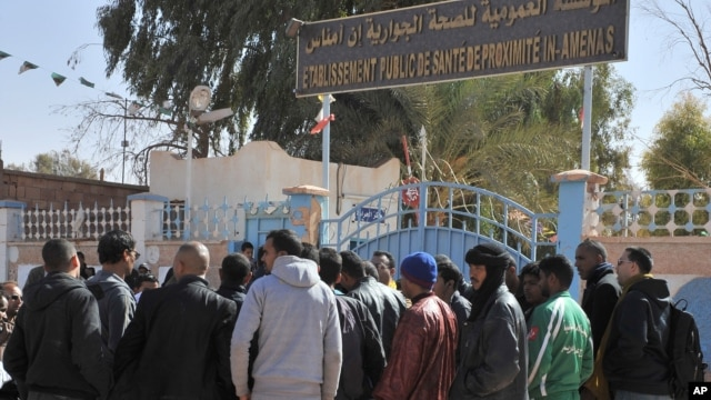 Cư dân In Amenas tụ tập bên ngoài một bệnh viện để tìm cách hỏi thăm tin tức thân nhân bị thương