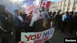 30일 캐나다 토론토 주재 미국 총영사관 앞에서 도널드 트럼프 대통령의 특정국가 출신 입국제한 행정명령에 항의하는 시위가 열리고 있다.