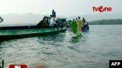 Hình ảnh tàu thuyền đang vớt những mảnh vỡ của chiếc máy bay bị rơi ngoài khơi tỉnh Papua, ngày 7 tháng 5, 2011