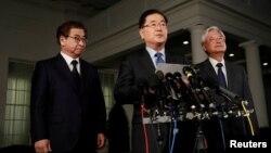 韩国的青瓦台国家安全室室长郑义溶(中)和国家情报院院长徐薰(左)在白宫外宣布美国总统川普同意跟朝鲜最高领导人金正恩见面。
