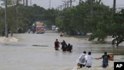 Thị trấn San Ildefonso, tỉnh Bulacan của Philippines chìm ngập trong bão Nari (12/10/2013).