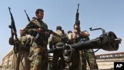 Các chiến binh người Kurd và phiến quân ISIL ở Tuz Khormato, 100 km về phía nam tỉnh Kirkuk, 25/6/2014.