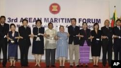 菲律宾副总统比奈(左五)与东盟各国代表在第三届东盟海事论坛开幕式上合影