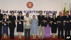 Phó Tổng thống Philippines Jejomar Binay (áo trắng) và các đại biểu dự hội thảo ở Manila, Philippines, 3/10/12