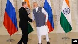 Thủ tướng Ấn Độ Narendra Modi, phải, bắt tay với Tổng thống Nga Vladimir Putin trước cuộc họp song phương tại Goa, Ấn Độ, ngày 15 tháng 10 năm 2016.