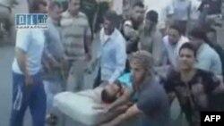 Một người đàn ông bị thương được đưa tới bệnh viện Al Badra ở Hama (Hình ảnh lấy từ đoạn video quay ngày 31/7/2011)