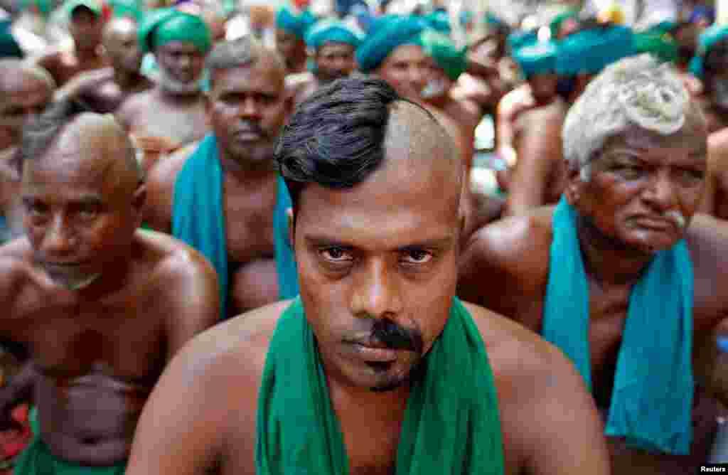 កសិករមកពីរដ្ឋភាគខាងត្បូងនៃរដ្ឋ Tamil Nadu បានកោរក្បាលពាក់កណ្តាលអំឡុងបាតុកម្មទាមទារកញ្ចប់ជំនួយគ្រោះរាំងស្ងួតពីរដ្ឋាភិបាលសហព័ន្ធ ក្នុងទីក្រុងញូវដែលី ប្រទេសឥណ្ឌា កាលពីថ្ងៃ០៣ មេសា ២០១៧។