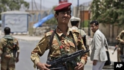 2011年6月9號也門一名軍人在哨卡站崗