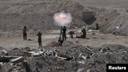 Pripadnici iračke vojske i šiitski borci gađaju položaje Islamske države iz minobacača u okolini Faludže