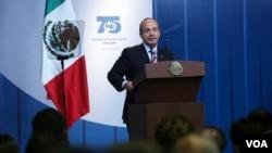 A su vez, Calderón anunció que el ministro de economía, Gerardo Ruiz, será reemplazado por Bruno Ferrari.