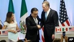 La ministra de Asuntos Exteriores de Canadá, Chrystia Freeland, el secretario de Economía mexicano, Ildefonso Guajardo (centro) y el representante de Comercio estadounidense, Robert Lighthizer, emitirán comunicados conjuntos al fin de las negociaciones del TLCAN.