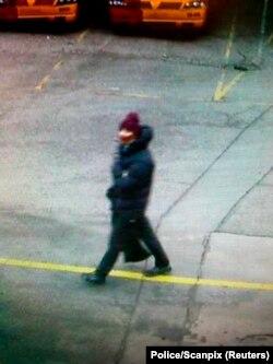 Danimarka polisi saldırının hemen ardından kameralara takılan bu kişinin saldırı zanlısı olabileceğini düşünüyor