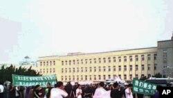大连市民8月14日在市政府前抗议PX项目资料照