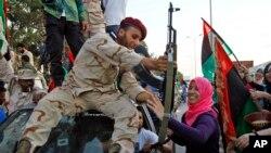 Umuhari w'abarwanyi b'aba Revolutionaire bo muri Libiya bavuye i Sirte bakirwa n'abanyagihugu Benghazi, Libya, itariki 22/10/2011.