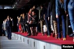 미국 뉴욕에서 열린 리바이스 패션쇼에서 모델들이 리바이스 의상을 선보이고 있다.
