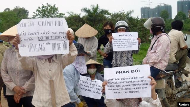 Nhiều nông dân nghèo mất ruộng ở Việt Nam đi biểu tình đòi đất vì không được bồi thường thỏa đáng.