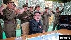 북한 노동신문이 지난 23일 '중장거리 전략탄도로케트 화성-10'(무수단 미사일) 시험발사 성공 소식을 게재하며 관련 사진을 수십장 공개했다. 미사일 발사를 지켜보는 김정은 노동당 위원장과 군 간부들이 환호하고 있다. (자료사진)