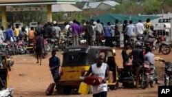 File d'attente à une station service à Okene, Nigeria, le 31 mars 2016. (AP /Sunday Alamba)