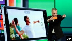 Stepen Elop, Nokia, mendemonstrasikan kemampuan ponsel Nokia Lumia 930 untuk mengambil foto dalam Microsoft Build Conference di San Francisco, 2 April 2014. (Foto: dok)