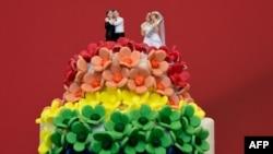 Bolo de casamento cuja decoração representa uniões entre pessoas do mesmo sexo.
