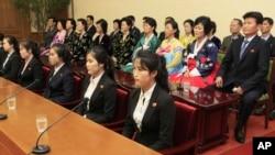 12名服務員的同事和父母星期二於平壤出現在北韓和外國傳媒的視線中