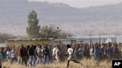 Demonstrasi pekerja tambang di Marikana, Afrika Selatan, diwarnai oleh kekerasan yang mengakibatkan tewasnya 34 orang (17/8).