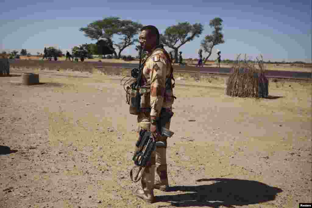 A French soldier holds his weapon in the village of Sarakala, Mali, January 18, 2013.