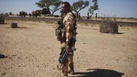 Un soldat français dans le village de Sarakala, Mali, 18 janvier 2013