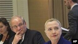 美國國務卿克林頓星期二在日內瓦會見幾名逃亡國外的敘利亞反對派成員