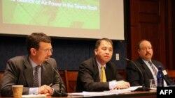 美台商业协会会长韩儒伯(左)在报告发布会讲话