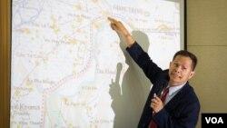 Một giới chức đang chỉ ra các khu vực xảy ra xung đột tại biên giới Campuchia - Việt Nam.