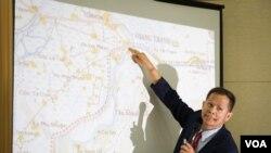 Một quan chức đang chỉ ra các khu vực xảy ra xung đột tại biên giới Campuchia - Việt Nam trong một cuộc họp báo về bản đồ chính thức được sử dụng cho việc công bố đường biên giới tại Hội đồng Bộ trưởng ngày 02/7/2015.
