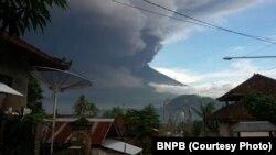 Erupsi Gunung Agung Bali, Senin, 27 November 2017. (Foto: Humas BNPB)