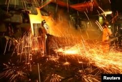 Foto ilustrasi: Pabrik peleburan feronikel milik Aneka Tambang Tbk di kabupaten Pomala, provinsi Sulawesi Tenggara, 30 Maret 2011. (Foto: dok).