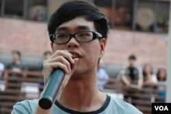 香港理工大學學生會會長提問陳方安生,會否放棄香港2020的政改方案,轉移支持學界公民提名方案