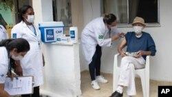 Aloysio Zaluar, 84 ans, reçoit une injection d'une dose du vaccin Pfizer COVID-19 lors d'une campagne de troisième dose pour les résidents âgés des établissements de soins de longue durée, à Rio de Janeiro, Brésil, le mercredi 7 septembre. 1, 2021. (AP Photo/Bruna Prado)