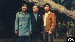 Nhà thơ Huy Cận và vợ chồng Tiến sĩ Cù Huy Hà Vũ - Luật sư Nguyễn Thị Dương Hà trước căn nhà nơi sinh ra Nhà thơ tại Ân Phú, Hà Tĩnh - 1983.
